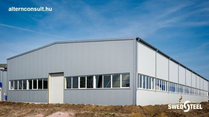 Tiszavasvari. Insulated production hall with Swedsteel sandwich panel, selenium and other accessories. Z220 on roofs, Z150 wall beam, HipertecRoof 120 wool roof panels with illuminating elements, HipertecWall 150 kgy. exterior wall panel, Monowall 40 PUR interior wall panel for inner walls